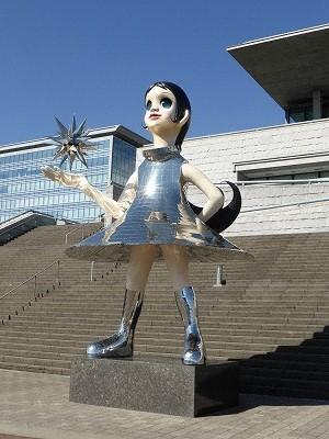 兵庫県立美術館「芸術の館」前の巨大な少女オブジェ「サン・シスター」