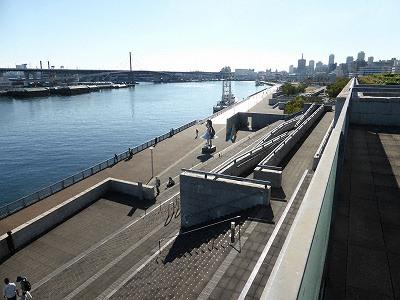 兵庫県立美術館屋上テラスからなごさ公園を望む