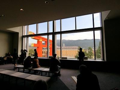 京都国立近代美術館4F大窓から平安神宮大鳥居と京都市京セラ美術館を望む