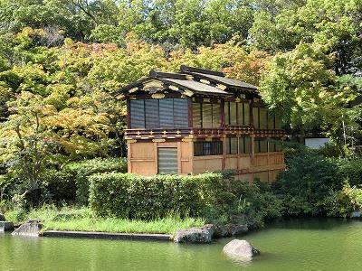 相楽園の池の畔の船屋形