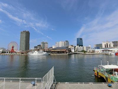 中突堤から神戸ハーバーランドを望む