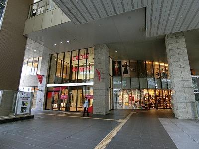LUCUA(ルクア)3F連絡橋前入口