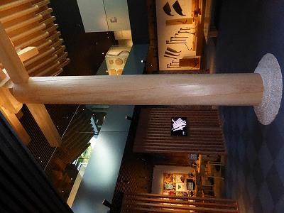 竹中大工道具館B2展示室と唐招提寺の柱(模型)