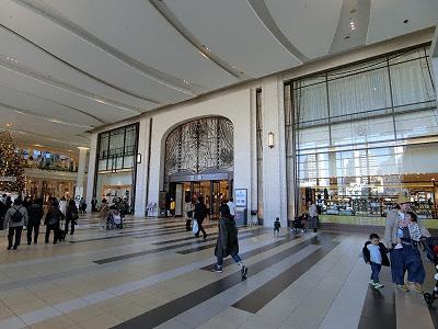西宮阪急の西宮北口駅側出入口