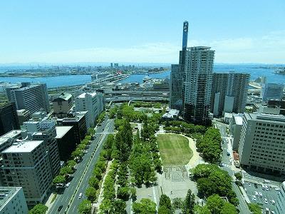 神戸市役所展望ロビーから東遊園地を見下ろす