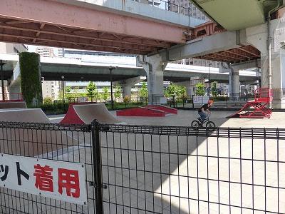 みなとのもり公園ニュースポーツ広場のスケボーやバイク用のジャンプ台付きコート