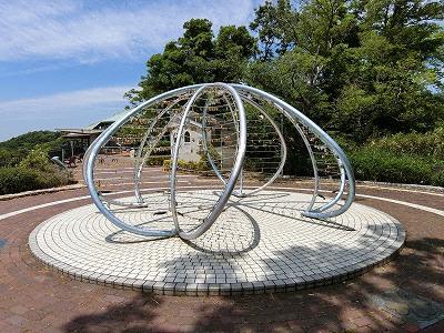 カップルが南京錠を取り付ける諏訪山公園・愛の鍵モニュメント