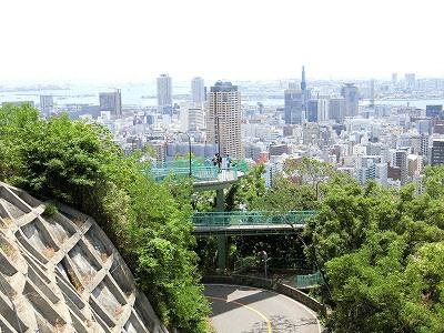 諏訪山公園ビーナステラスからビーナスブリッジと神戸市街地を見下ろす