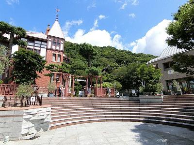 風見鶏の館と北野観光案内所と北野町広場