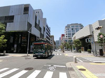 仲町通を走るシティー・ループ(左手はプラダ神戸店、右手は三井住友銀行神戸本部ビル)