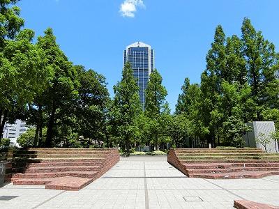 東遊園地から見た神戸市役所1号館