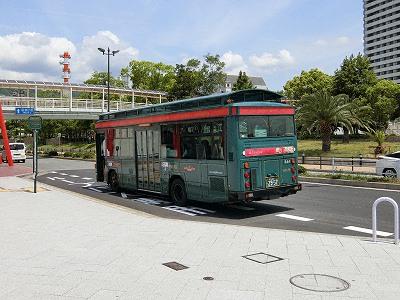 中突堤停留所と緑色のシティループバス