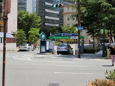 東向き一方通行の中央通りに面した三宮中央通り駐車場入口