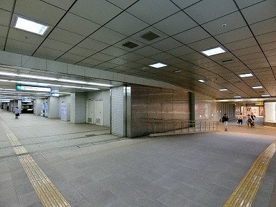 大丸神戸店地下鉄連絡口(右奥)と海岸線旧居留地・大丸前駅(左奥)