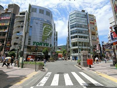 いくたロード沿いの東急ハンズ三宮店と突き当たりの生田神社