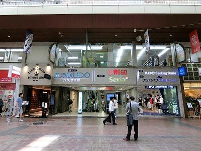 ジュンク堂書店三宮店(三宮センター街側)
