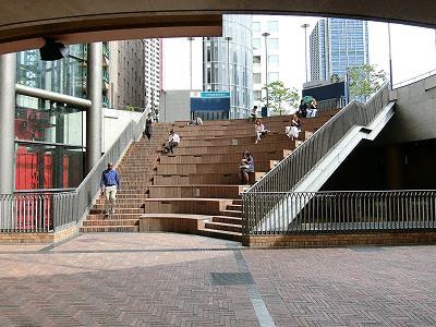 神戸国際会館の階段状のサンクンガーデン