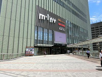 ミント神戸2F入口と歩行者デッキ