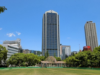 東遊園地と神戸市役所
