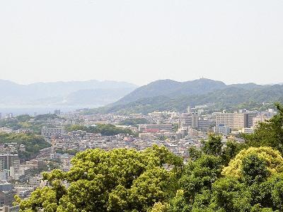 諏訪山公園ビーナステラスから須磨アルプスと淡路島を望む